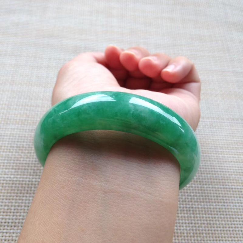 满绿宽版正圈镯,尺寸57*17*9完美,版型非常宽厚,玉质温润细腻,通透水润,色泽鲜艳,明丽动人,上