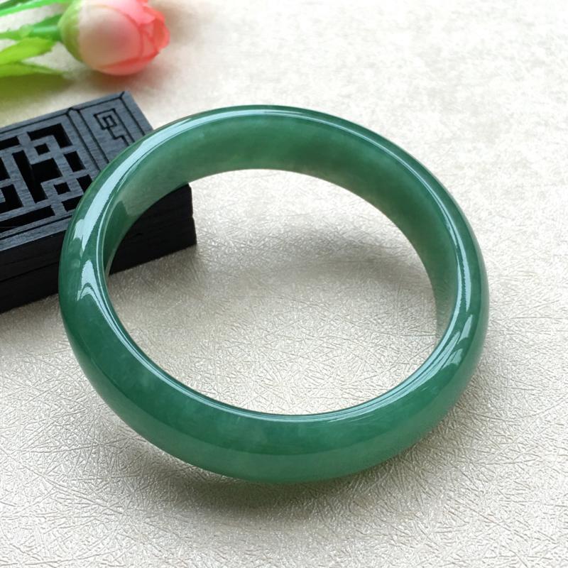 天然A货翡翠水润满绿正装手镯,圈口56.5mm,底子细腻,质地干净,鲜色满绿,清新明媚的颜色,尺寸5