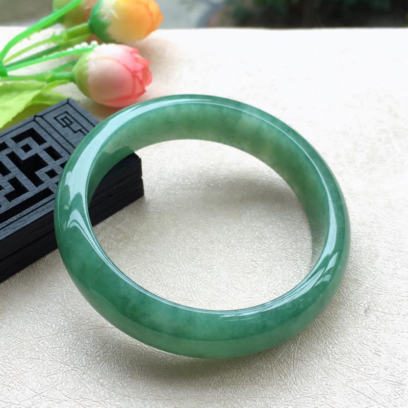 天然A货翡翠水润满绿正装手镯,圈口57mm,底子细腻,鲜色满绿,清新明媚的颜色,尺寸57*15*7.