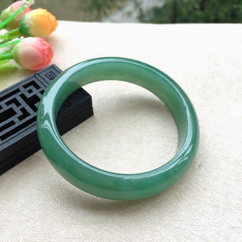 天然A货翡翠水润满绿正装手镯,圈口58.5mm,底子细腻,鲜色满绿,清新明媚的颜色,尺寸58.5*1