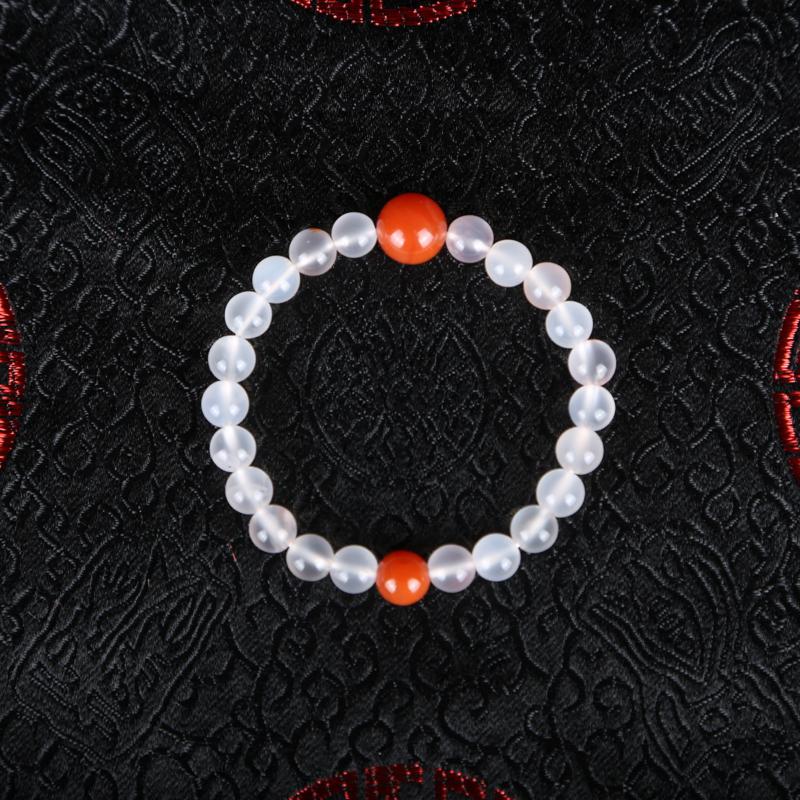 南红手串,一颗颗莹润亮泽的玉润珠华之姿,将其串成手串,能为佩戴者自身增色不少。尺寸:7.6*7.1m