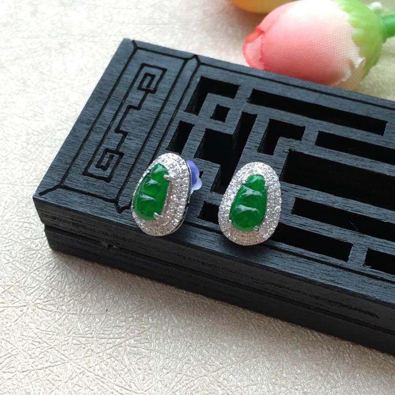 天然A货翡翠18k金伴钻豪华镶嵌水润满绿福豆耳钉一对 玉质细腻水润,满绿靓丽,蛋面小巧,镶金整体尺寸
