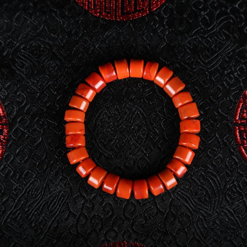 南红手串,色泽艳丽,带有天然纹理宁静秀雅,清丽大方。寓意吉祥之随身佳饰,尤值珍之。尺寸:10.6*6