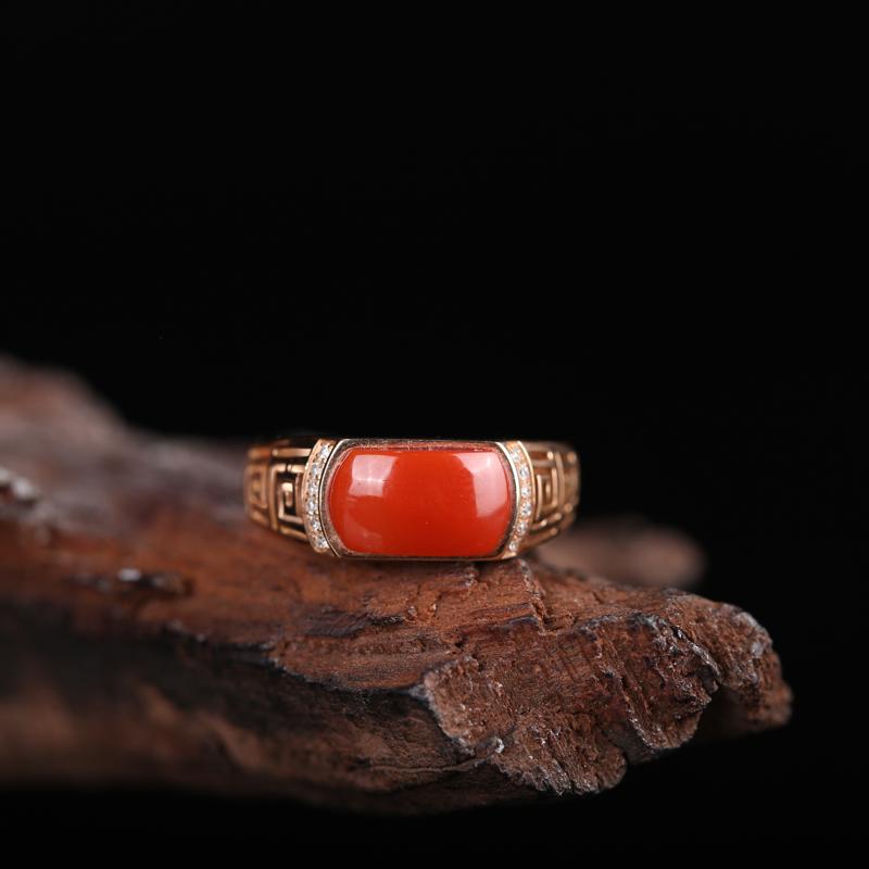 18K金镶嵌南红戒指,南红配以钻石镶嵌18K金,南红艳丽妩媚,钻石围绕红宝石,戒壁回纹镂空设计,古典