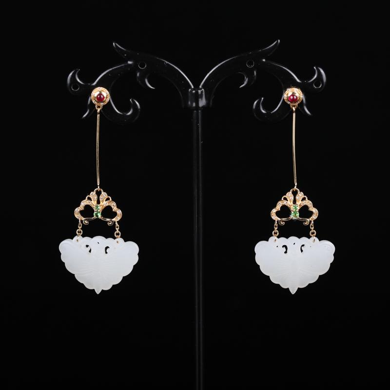 新疆和田玉18k金镶耳坠耳环,玉质细腻,颜色均一。独特精致。作品婉约清雅,绿宝石点缀,更显灵动活泼。