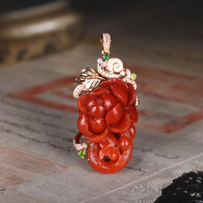 四川南红18k金镶嵌吊坠,整体设计新奇,色泽饱满艳丽,花瓣优美,美艳动人。巧琢细分,别具情致与格调。