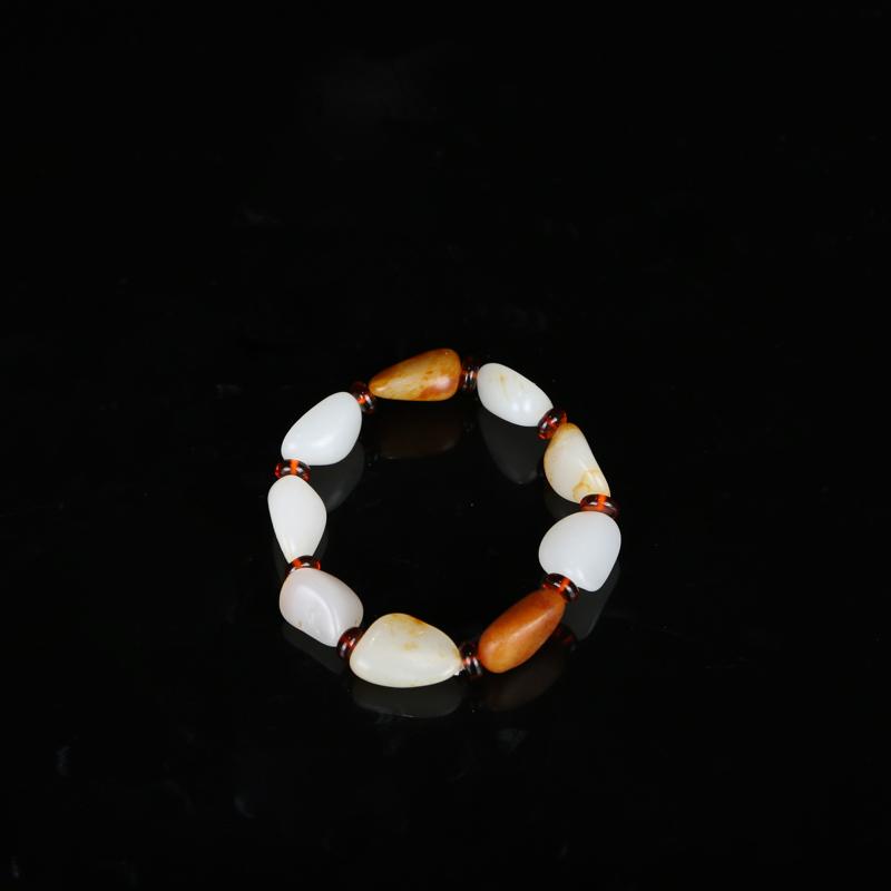 新疆和田籽玉手串,作品以天然和田玉籽料原石串联起来,温润的玉质,细腻的手感,优雅的皮色,无不体现着它