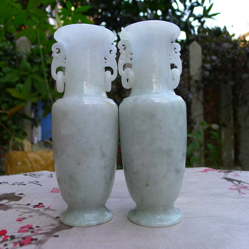 《平平安安》糯种翡翠对瓶,宝贝同出一料子,质地细腻莹润;整体完美,线条流畅自然,并有活环相扣,十分具