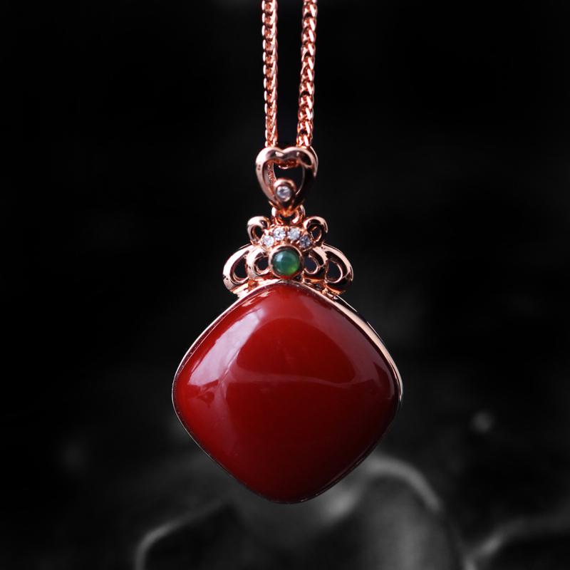 【南红玫瑰红吊坠】 玉质温润细腻,色泽红润艳丽,18k金镶嵌,款式时尚大方。