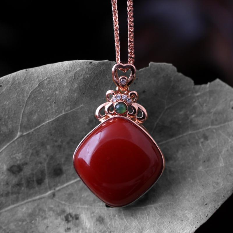 【【南红玫瑰红吊坠】 玉质温润细腻,色泽红润艳丽,18k金镶嵌,款式时尚大方。】图2