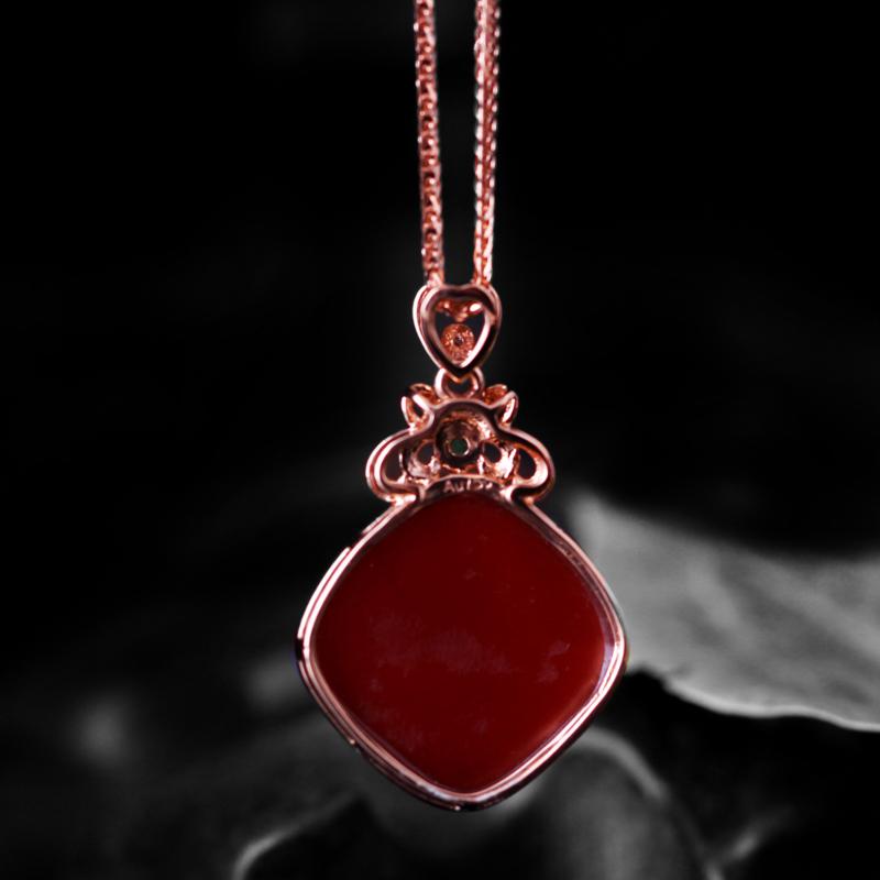 【【南红玫瑰红吊坠】 玉质温润细腻,色泽红润艳丽,18k金镶嵌,款式时尚大方。】图4