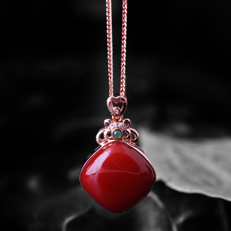 【【南红玫瑰红吊坠】 玉质温润细腻,色泽红润艳丽,18k金镶嵌,款式时尚大方。】图3