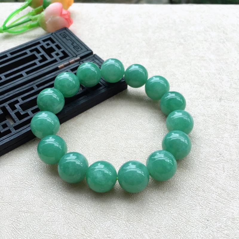 天然A货翡翠精美满色豆绿圆珠手串,料子细腻,珠圆玉润,满色均匀靓丽,珠子饱满,上手效果大方,共15颗