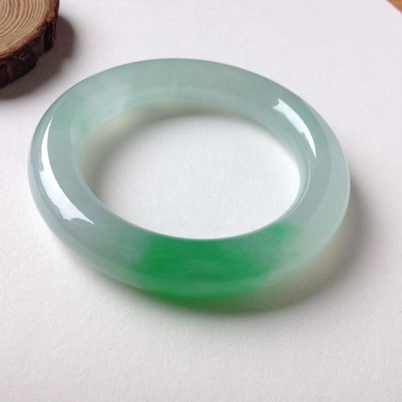 【收藏品】老坑冰种飘正阳绿花胖圆条福镯,饱满圆润,霸气十足!通体冰润起胶感,纯净清澈。一抹翠绿艳阳的