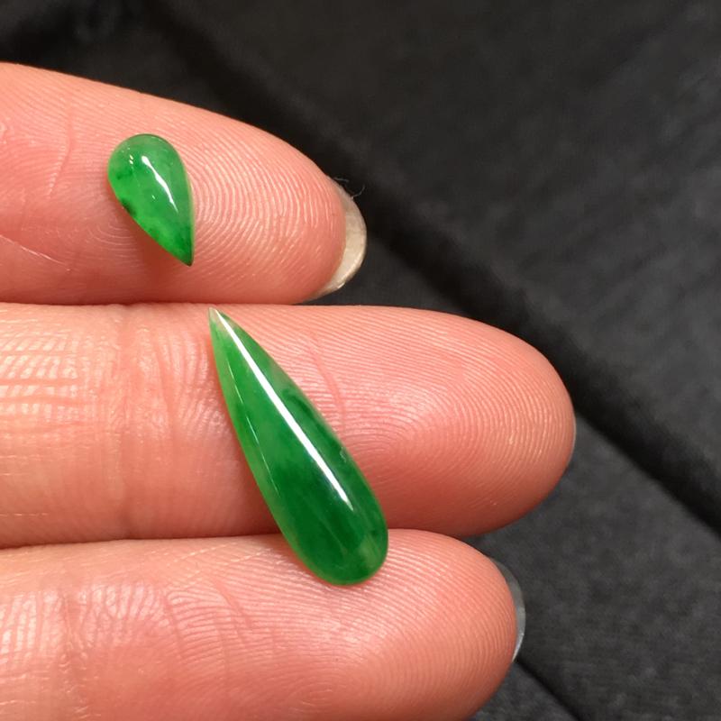 一套阳绿水滴戒面,完美,底庄细腻,镶嵌后效果更显档次,性价比高,推荐,尺寸7.6*4.2*2/16.