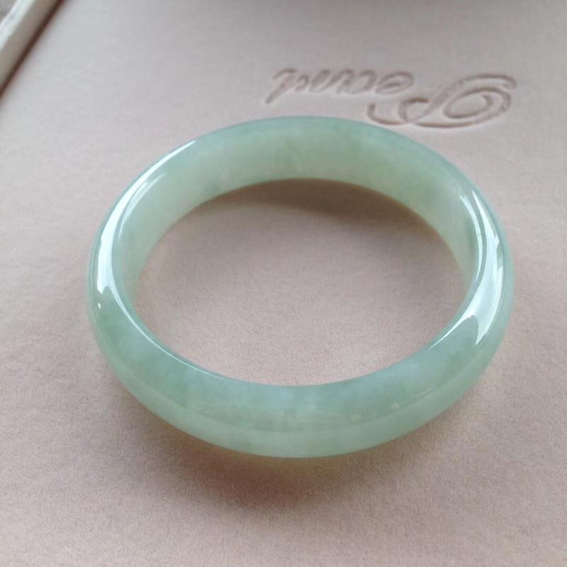 淡绿正圈镯2⃣️,尺寸56*14*7.5 完美,通透水润,色泽甜美,清新!