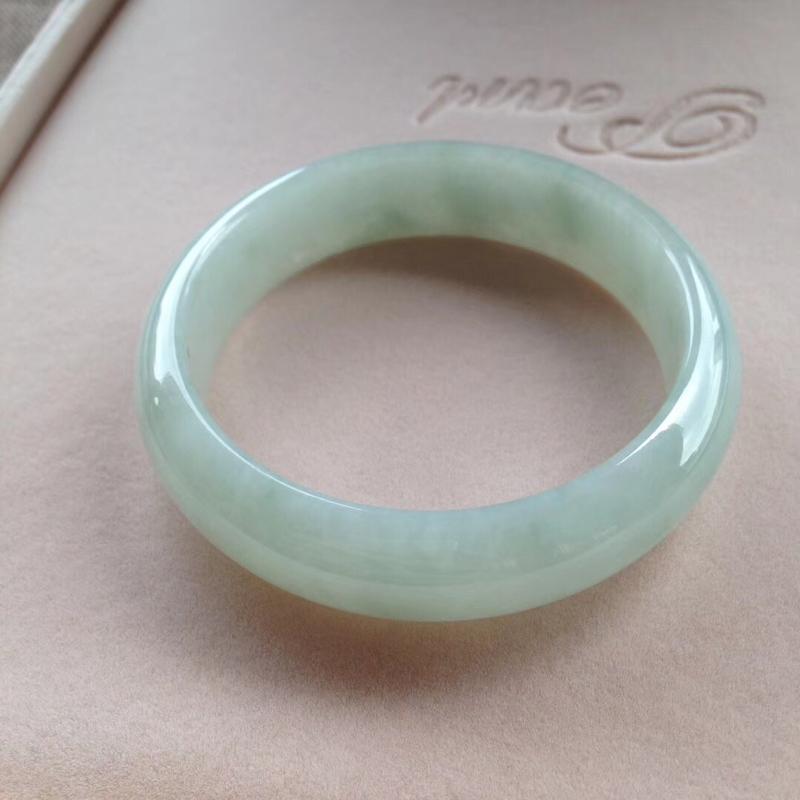 淡绿正圈镯3⃣️,尺寸57*15.2*8 完美,通透水润,色泽甜美,清新!