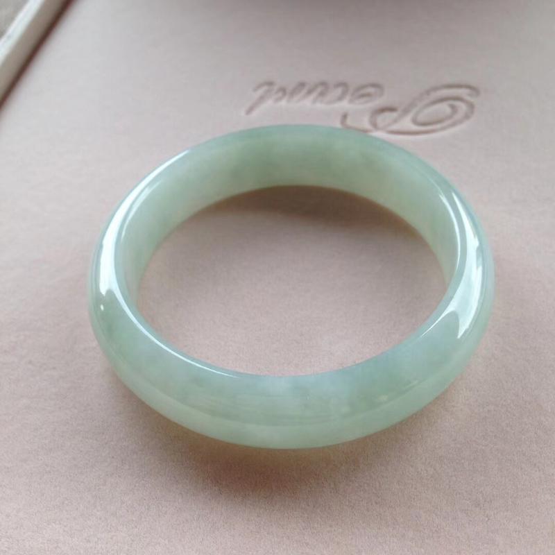 淡绿正圈镯1⃣️,尺寸56.5*14*8完美,通透水润,色泽甜美,清新!