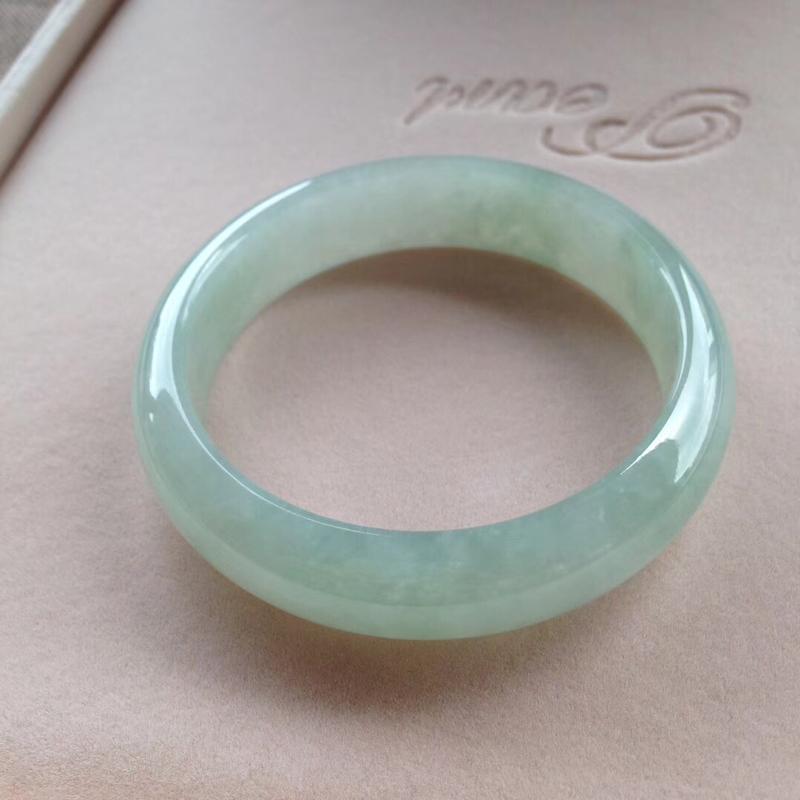淡绿正圈镯4⃣️,尺寸56.5*15*7.5 完美,通透水润,色泽甜美,清新!