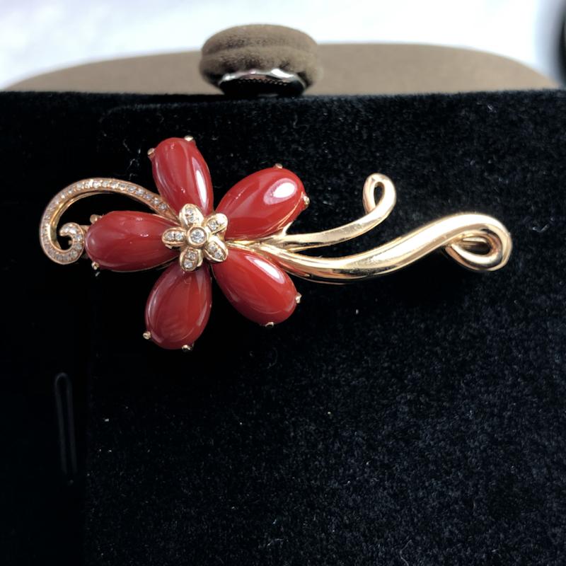 日本阿卡胸针吊坠两用款!5⃣️颗水滴💧蛋面,牛血红色,完美构造一朵花!18K真金加钻石💎镶嵌!裸石为