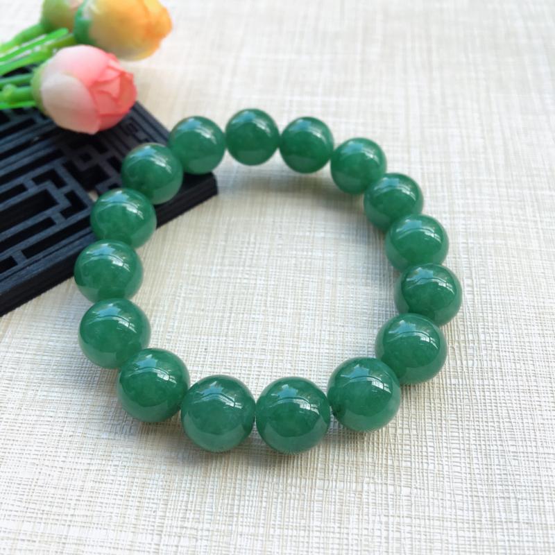 【天然A货翡翠水润满绿圆珠手链,珠圆玉润,珠子大小均匀,圆润饱满,满绿均匀,清新翠绿色,上手大气迷人,共16颗,尺寸取一13.5mm,重量65.90g】图2
