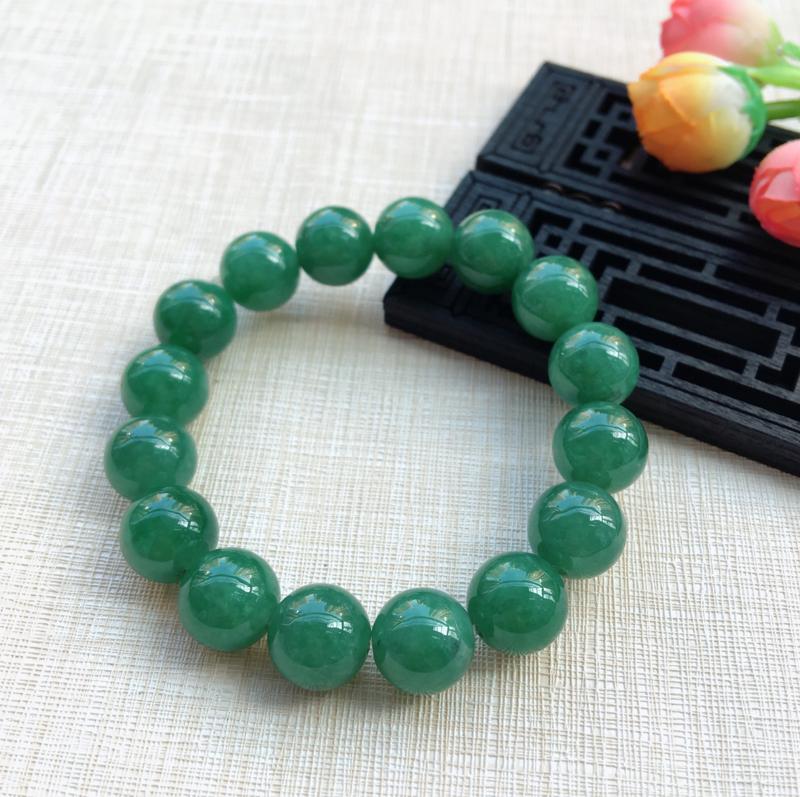 【天然A货翡翠水润满绿圆珠手链,珠圆玉润,珠子大小均匀,圆润饱满,满绿均匀,清新翠绿色,上手大气迷人,共16颗,尺寸取一13.5mm,重量65.90g】图6