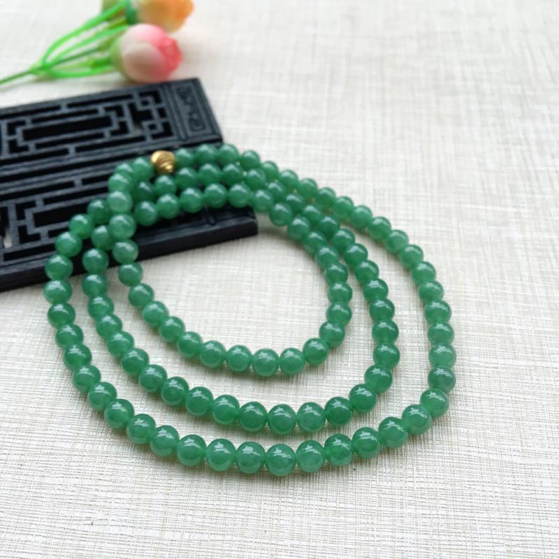天然A货翡翠好种满绿圆珠项链,珠圆玉润,珠子大小均匀,圆滑饱满,满绿鲜艳,佩戴效果大气,共108颗,