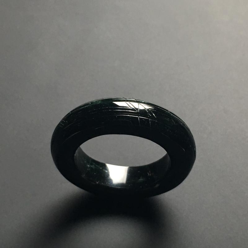 墨翠指环 外径30宽6.9厚5.2毫米 内直径19.5毫米 打灯半通透 黑度佳