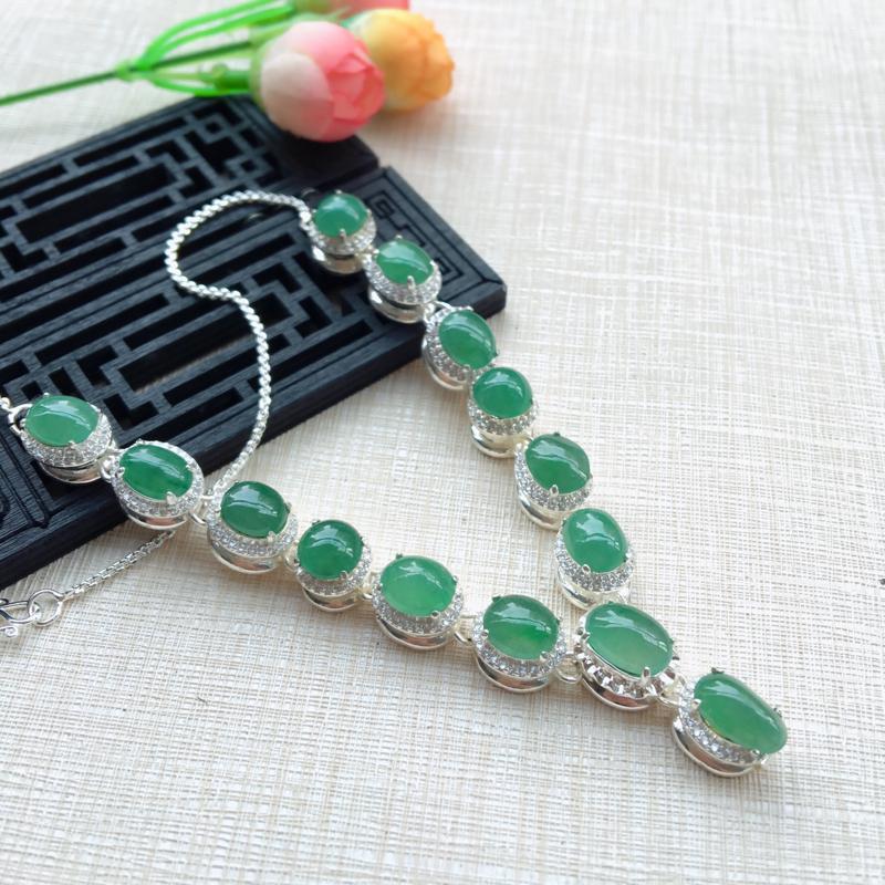 天然A货翡翠 浅绿铜托项链,玉质细腻,颜色靓丽,拆分开另外镶嵌效果倍增,裸石尺寸取大11.3*7.6