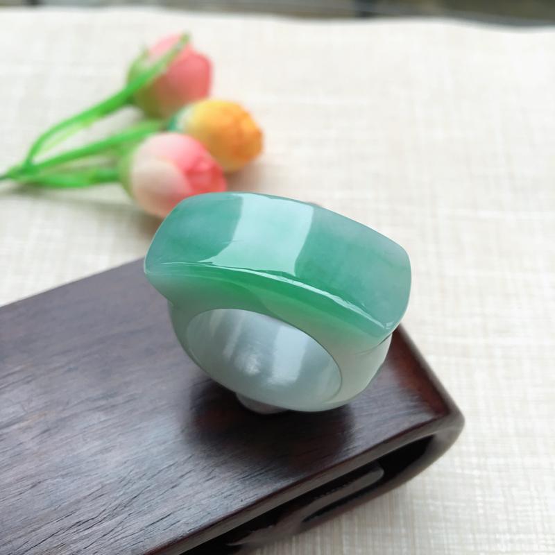 天然A货翡翠完美飘绿马鞍戒指 圈口20.8mm色泽鲜丽,形体漂亮,玉质细腻,佩戴效果大气迷人,尺寸2