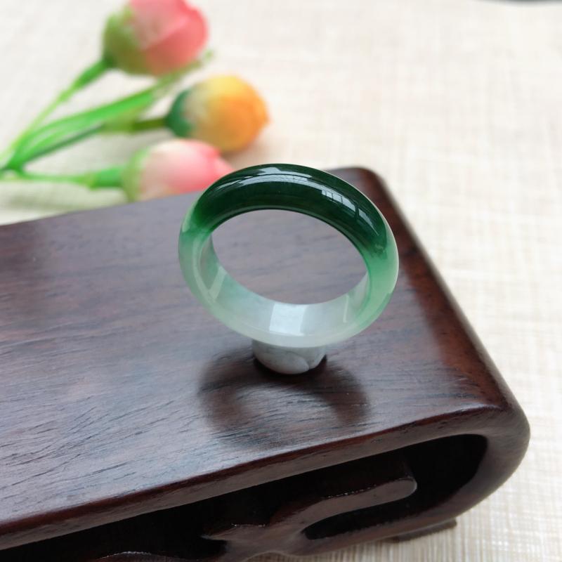 天然A货翡翠 完美好种飘绿戒指 圈口18.2mm,玉质细腻,一截飘绿 青翠明媚 佩戴上手效果佳!尺寸