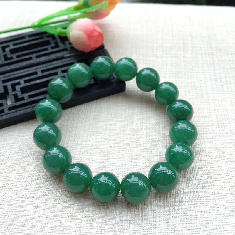 天然A货翡翠水润满绿圆珠手链,珠圆玉润,珠子大小均匀,圆润饱满,满绿均匀,清新翠绿色,上手大气迷人,