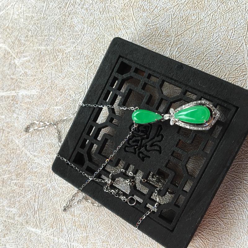 缅甸翡翠A货,心心相印❤️❤️,色彩鲜艳的锁骨项链,上身效果超级棒,性价比超高,喜欢的速度,手慢无货
