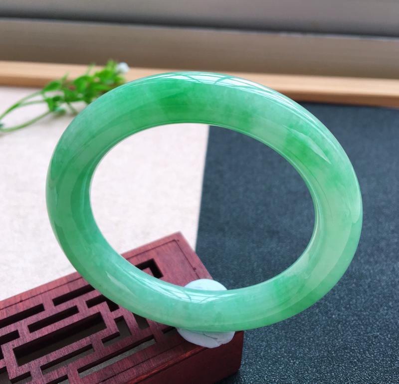 莹润飘绿圆条手镯 ,玉质细腻 条形饱满 花绿飘翠,萦绕飘逸,佩戴上手贵气迷人!尺寸56.8*11.6