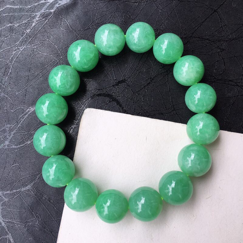 翡翠精美满绿13mm圆珠手链 种水足 色泽均匀 玉质细腻 珠子饱满精致!个别有纹 整体完美度高!规格