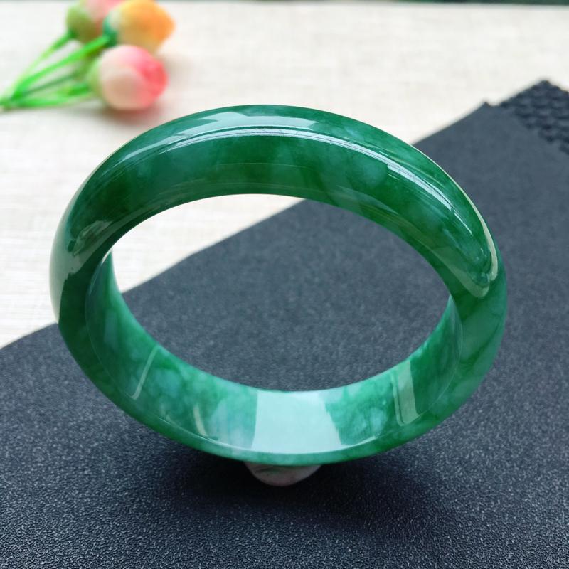天然A货翡翠 满绿辣绿正装手镯,色泽鲜辣惹眼,浓郁艳丽,底庄细腻,温润尔雅,上手高贵华丽,尺寸60.
