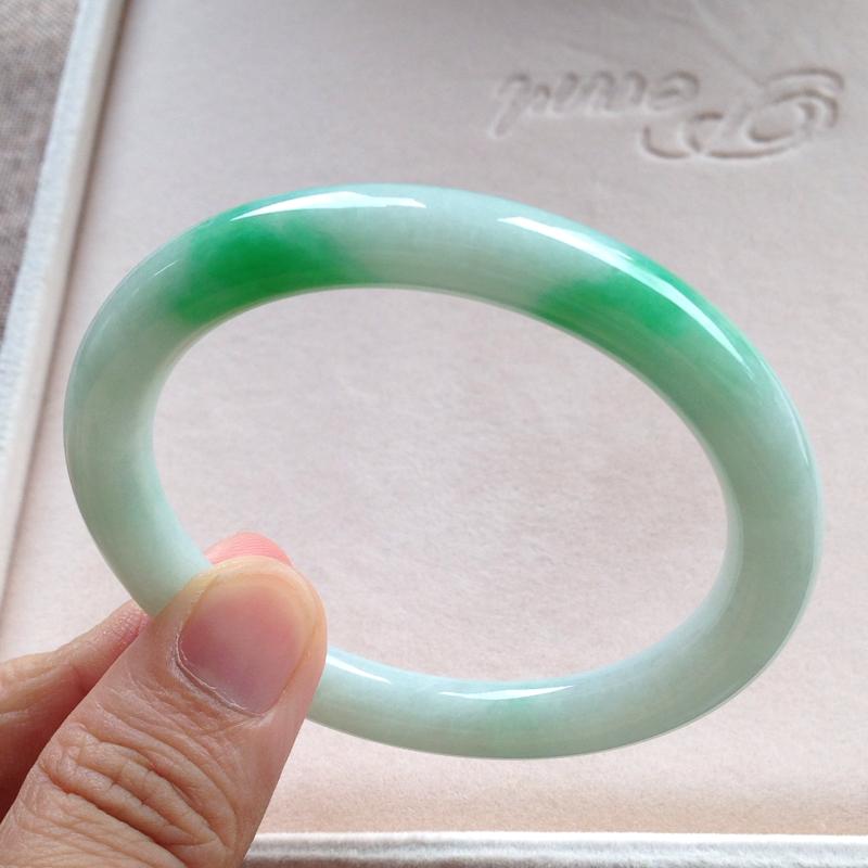 飘阳绿圆条镯,尺寸53.5*8.5*8.5 完美细腻,釉洁水润,翠色灵动鲜辣,艳丽醒目!