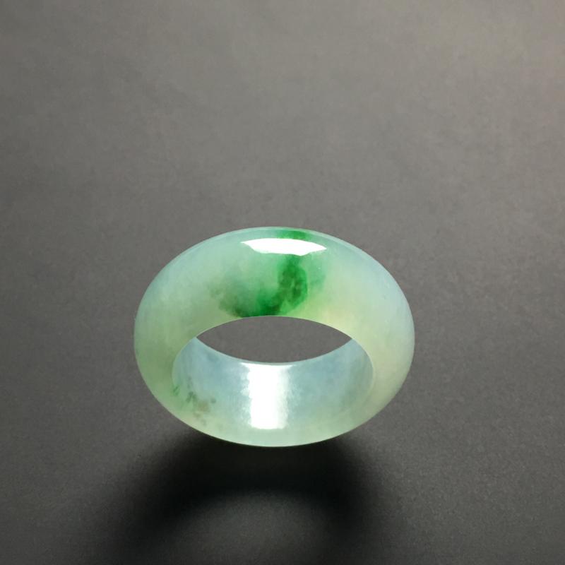 冰糯种带色指环 外径25宽9.1厚3.9毫米 内直径17毫米 质地细腻 翠色艳丽