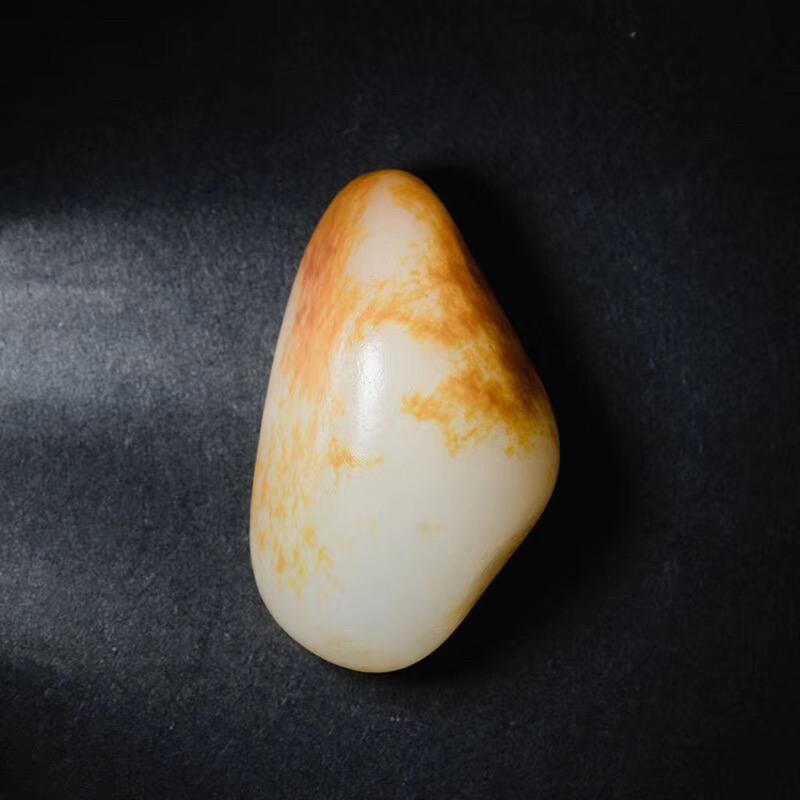 新疆和田玉籽料籽玉原石,表面广洒金黄皮,玉料质地极为细腻,泛油脂光泽。感官非常柔和,璞石不琢自成一景