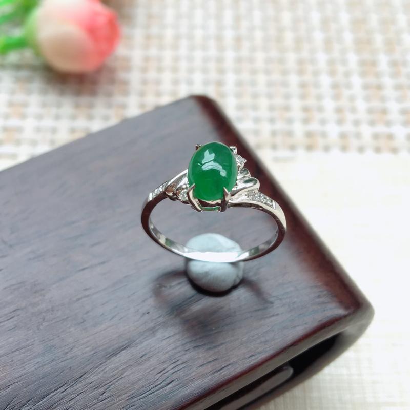 天然A货翡翠18k金伴钻满绿蛋面戒指💍,圈口16.6mm款式新颖 玉质细腻,颜色靚,上手小清新楚楚动