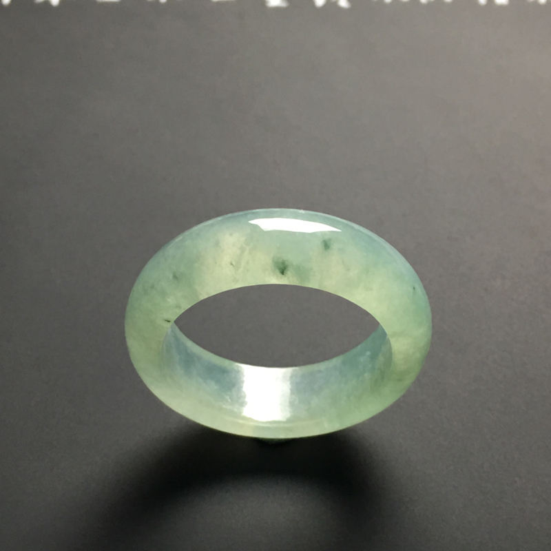 糯化种晴底指环 外径30宽8.2厚4毫米 内直径22.1毫米 水润通透 款式时尚