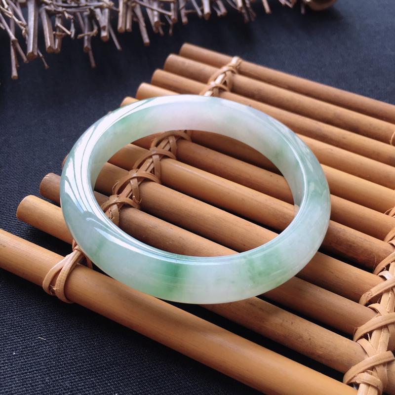 翡翠手镯内径55.5、天然A货翡翠飘绿手镯、料子细腻、颜色出彩、没有纹裂###