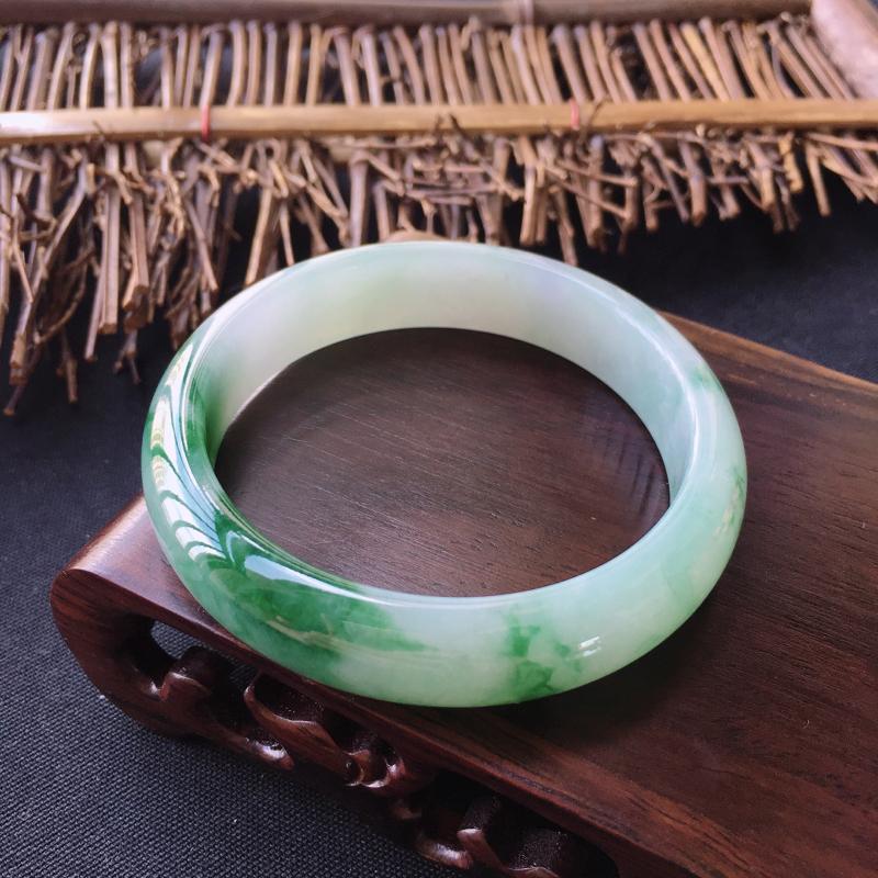 翡翠手镯内径57.7、天然A货翡翠飘绿芙蓉绿手镯、细腻温润、颜色出彩、没有纹裂