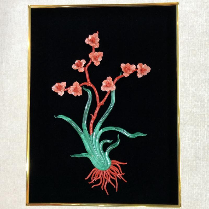 珊瑚立体画,天然珊瑚枝➕精雕珊瑚兰花的完美结合,绿叶为精选孔雀石,浑然一体,突出立体感,兰花枝兰花瓣