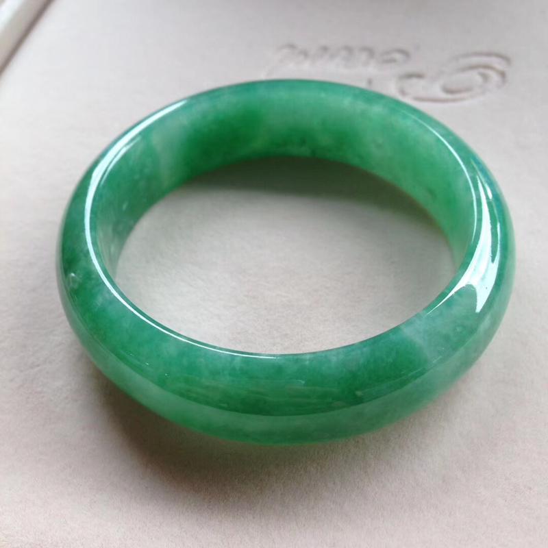 高端精品镯-满绿宽版正圈镯,尺寸57.5*17*9完美细腻,版型宽厚,通透水润,颜色明媚,艳丽夺目!