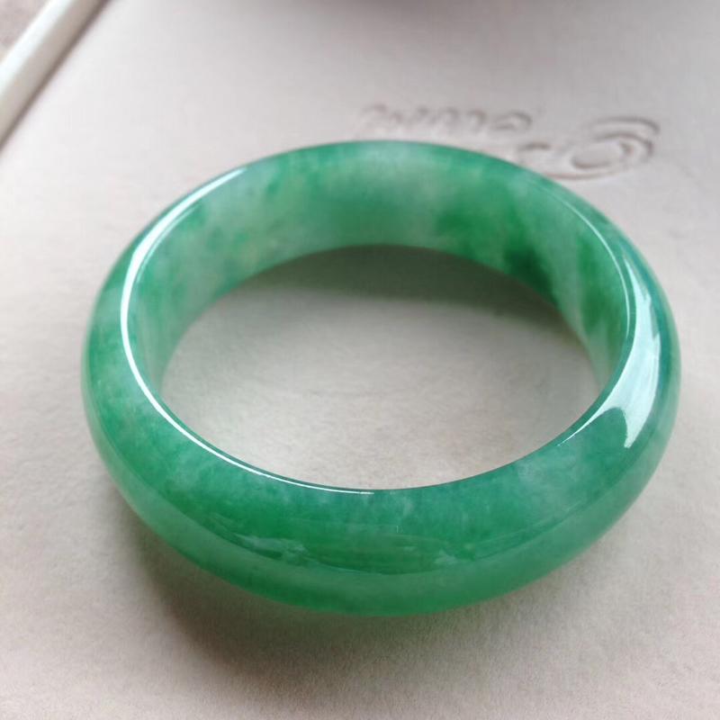 满绿宽版正圈镯,尺寸58.5*18.5*9完美细腻,版型宽厚,通透水润,颜色明媚,艳丽夺目!