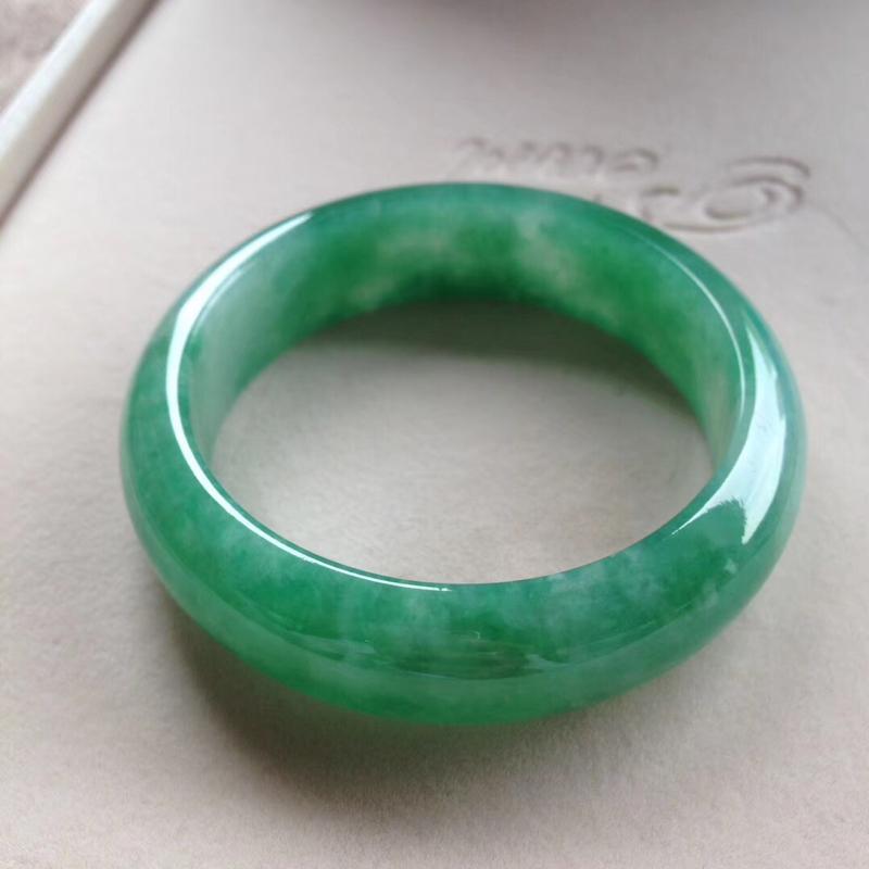 满绿宽版正圈镯,尺寸57.5*16.5*10完美细腻,版型宽厚,通透水润,颜色明媚,艳丽夺目!