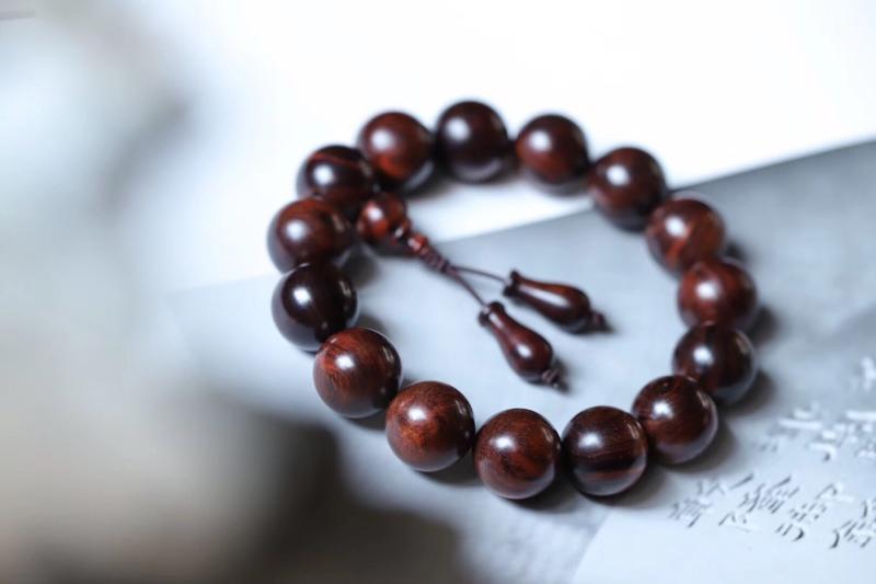 海南黄花梨手串 规格:1.5*15颗 特征:油梨手串,沉水级,荧光质感强,无棕眼,降香味浓郁。