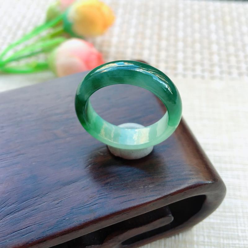 天然A货翡翠 完美飘绿花戒指,玉质细腻,满绿均匀,佩戴效果贵气大方,尺寸18.2*6*3.1mm 重