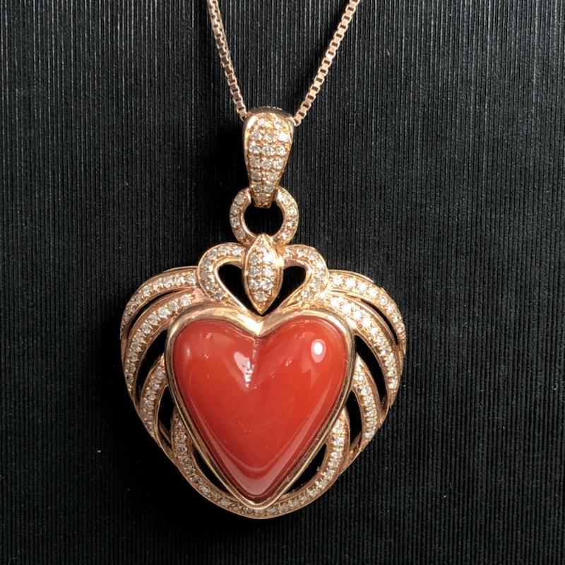 红珊瑚❤️型吊坠!深红色,日本阿卡材料,纯天然🈚️添加,自然大块料巧镶,心型面很干净完美,玻璃质感,